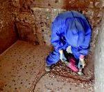 Das Foto zeigt einen Handwerker beim Stemmen eines asbesthaltigen Fliesenklebers