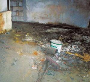 Blick auf einen kontaminierten Bereich einer ehemaligen Galvanik, in der sehr hohe Konzentrationen der Gebäudeschadstoffe Chrom<sub>ges.</sub>, Chrom VI, Blei sowie an Cyaniden festgestellt wurden (Quelle: Müller-BBM GmbH, NL Dresden)